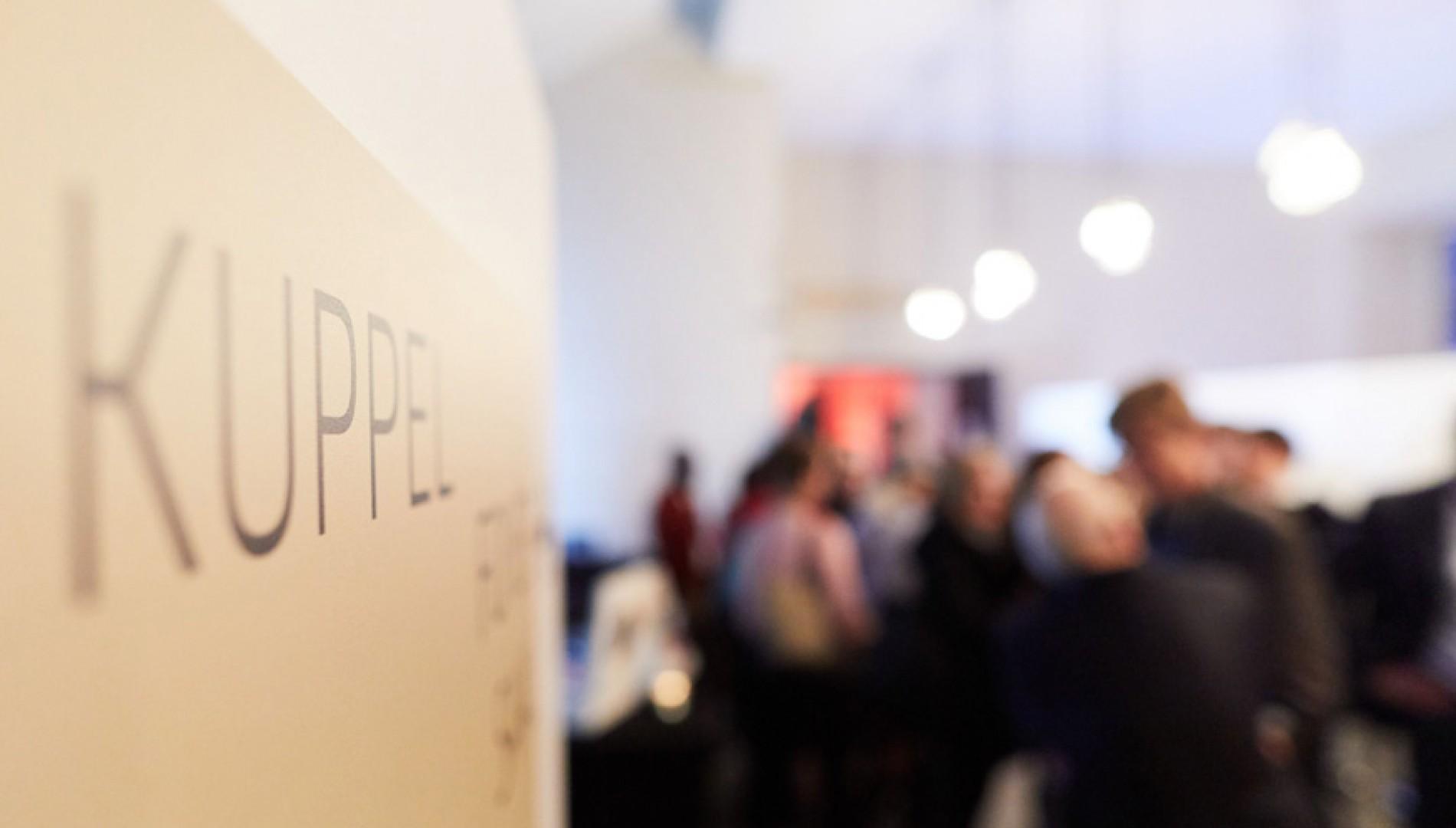 Corporate Design, Messedesign, Orientierungssystem und Printbroschüre von der Werbeagentur das formt aus München